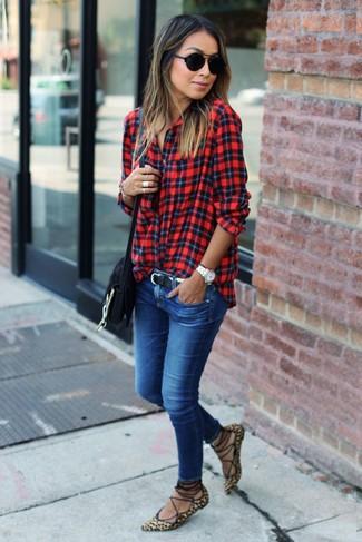 Как и с чем носить: красная классическая рубашка в шотландскую клетку, синие джинсы скинни, светло-коричневые замшевые балетки с леопардовым принтом, черная замшевая сумка через плечо