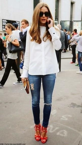 Как Olivia Palermo носит Белая классическая рубашка, Темно-синие рваные джинсы скинни, Красные кожаные босоножки на каблуке, Светло-коричневый кожаный клатч