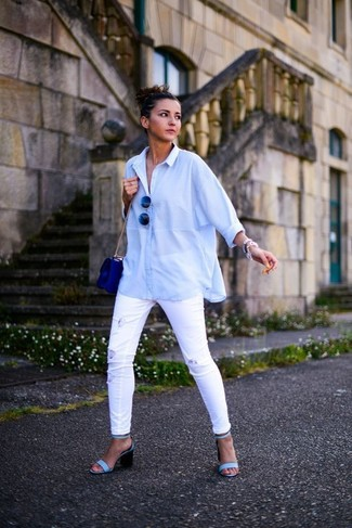 Как и с чем носить: голубая классическая рубашка, белые рваные джинсы скинни, голубые кожаные босоножки на каблуке, синяя кожаная сумка через плечо