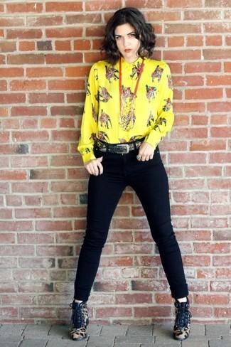 Как и с чем носить: желтая классическая рубашка с принтом, черные джинсы скинни, светло-коричневые ботильоны на шнуровке из ворса пони с леопардовым принтом, черный ремень