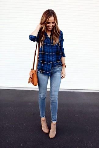 Как и с чем носить: синяя классическая рубашка в шотландскую клетку, голубые джинсы скинни, бежевые замшевые ботильоны, светло-коричневая кожаная сумка через плечо