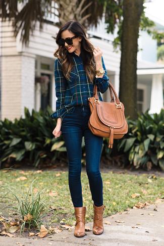 Как и с чем носить: темно-синяя классическая рубашка в шотландскую клетку, темно-синие джинсы скинни, светло-коричневые кожаные ботильоны, светло-коричневая кожаная сумка-саквояж