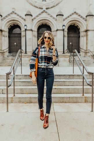 Как и с чем носить: разноцветная классическая рубашка в шотландскую клетку, темно-синие джинсы скинни, табачные кожаные ботильоны, оранжевая кожаная большая сумка