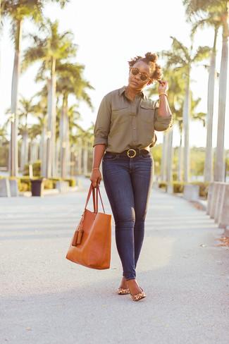 Как и с чем носить: оливковая классическая рубашка, темно-синие джинсы скинни, светло-коричневые кожаные туфли с леопардовым принтом, оранжевая кожаная большая сумка