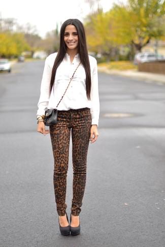 Как и с чем носить: белая классическая рубашка, светло-коричневые джинсы скинни с леопардовым принтом, черные замшевые туфли, черная кожаная стеганая сумка через плечо