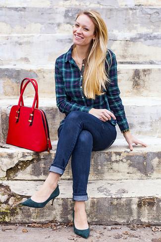 Как и с чем носить: темно-бирюзовая классическая рубашка в шотландскую клетку, темно-синие джинсы скинни, темно-бирюзовые замшевые туфли, красная кожаная сумка-саквояж