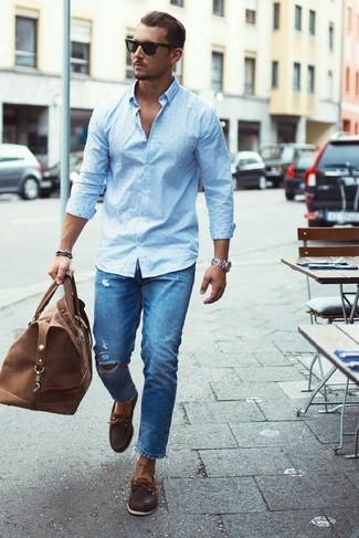 Как и с чем носить: голубая классическая рубашка в горошек, синие рваные джинсы, темно-коричневые кожаные топсайдеры, коричневая кожаная дорожная сумка