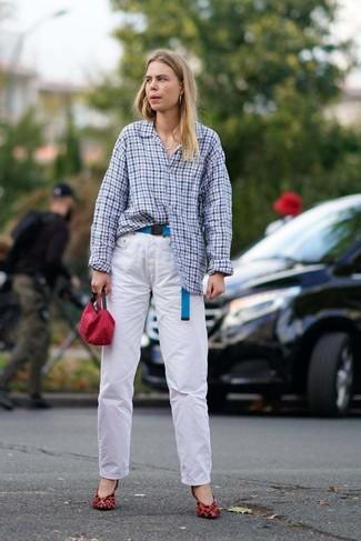 Белые джинсы: с чем носить и как сочетать женщине: Голубая классическая рубашка в мелкую клетку и белые джинсы — обязательные вещи в гардеробе девушек с чувством стиля. Вместе с этим луком отлично выглядят красные замшевые туфли с леопардовым принтом.