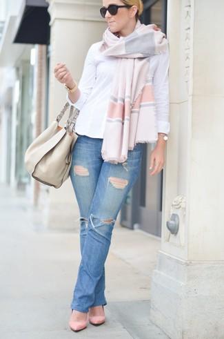 Как и с чем носить: белая классическая рубашка, синие рваные джинсы, розовые замшевые туфли, бежевая кожаная большая сумка