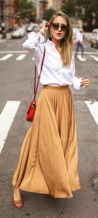 Как и с чем носить: белая классическая рубашка, светло-коричневая длинная юбка со складками, коричневые кожаные босоножки на каблуке, красная кожаная сумка через плечо