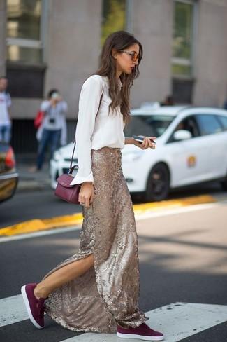 Как и с чем носить: белая классическая рубашка, золотая длинная юбка с пайетками, темно-красные замшевые низкие кеды, темно-красная кожаная сумка через плечо