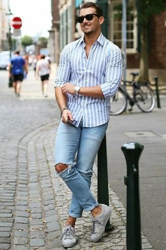 Как и с чем носить: голубая классическая рубашка в вертикальную полоску, голубые рваные зауженные джинсы, серые низкие кеды, черные солнцезащитные очки