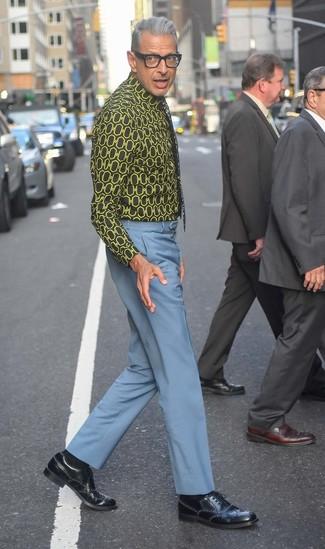 Как Jeff Goldblum носит Черная классическая рубашка с принтом, Голубые классические брюки, Черные кожаные броги, Черный галстук с цветочным принтом