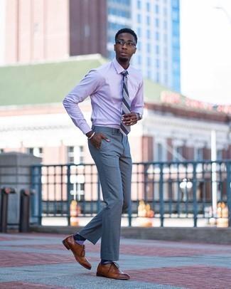 С чем носить фиолетовые носки с ромбами мужчине: Стильное сочетание светло-фиолетовой классической рубашки и фиолетовых носков с ромбами подходит для тех случаев, когда комфорт ставится превыше всего. И почему бы не привнести в повседневный образ немного изысканности с помощью коричневых кожаных брогов?