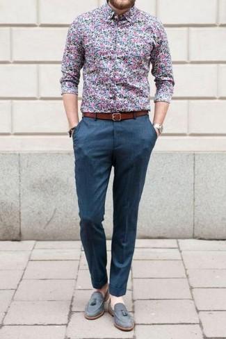 Как и с чем носить: синяя классическая рубашка с цветочным принтом, синие классические брюки, серые замшевые лоферы с кисточками, табачный кожаный ремень