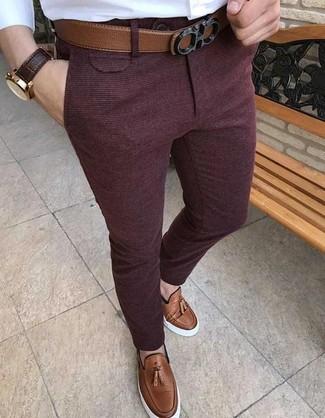 Как и с чем носить: белая классическая рубашка, темно-красные шерстяные классические брюки, коричневые кожаные лоферы с кисточками, коричневый кожаный ремень