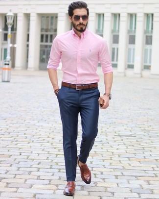 Как и с чем носить: розовая классическая рубашка, темно-синие классические брюки, коричневые кожаные лоферы, темно-коричневый кожаный ремень