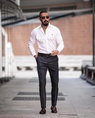 Как и с чем носить: белая классическая рубашка, темно-серые классические брюки в вертикальную полоску, темно-коричневые кожаные плетеные лоферы, темно-коричневый кожаный ремень