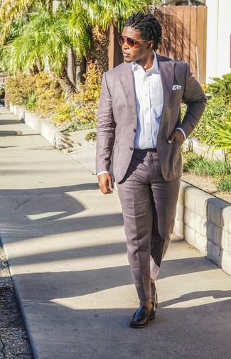 Модные мужские луки 2020 фото лето 2020: Несмотря на то, что это достаточно консервативный ансамбль, лук из белой классической рубашки и коричневых льняных классических брюк всегда будет выбором стильных мужчин, неизбежно покоряя при этом сердца прекрасных дам. Чтобы лук не получился слишком претенциозным, можно надеть черные кожаные лоферы. В жаркую погоду тебе будет свободно и легко в таком сочетании.