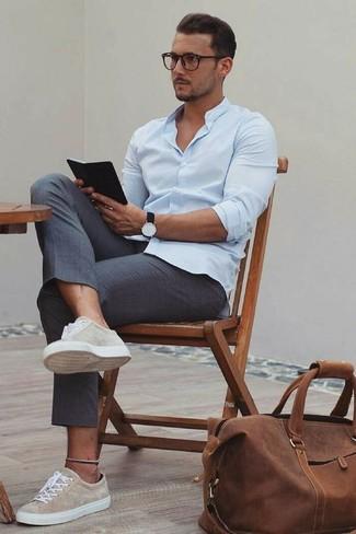 Как и с чем носить: голубая классическая рубашка, темно-серые классические брюки, бежевые замшевые низкие кеды, коричневая замшевая дорожная сумка