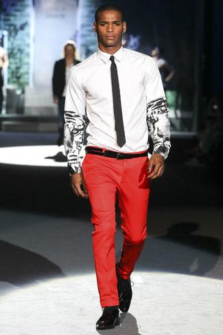 Как и с чем носить: бело-черная классическая рубашка с принтом, красные классические брюки, черные кожаные оксфорды, черный галстук