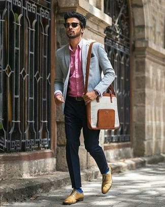 Как и с чем носить: ярко-розовая классическая рубашка, черные классические брюки, светло-коричневые кожаные оксфорды, коричневая кожаная сумка почтальона