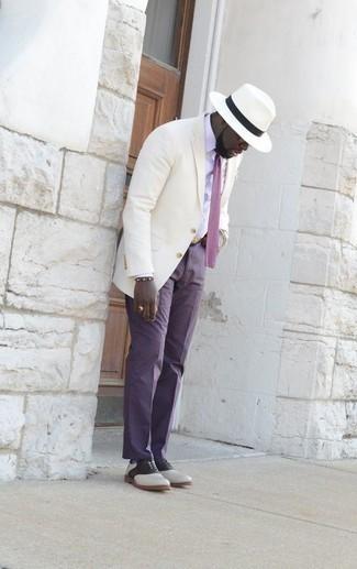Ремень: с чем носить и как сочетать мужчине: Если этот день тебе предстоит провести в движении, сочетание белой классической рубашки и ремень позволит создать практичный образ в стиле кэжуал. Любители свежих идей могут дополнить ансамбль бело-черными кожаными оксфордами, тем самым добавив в него толику элегантности.