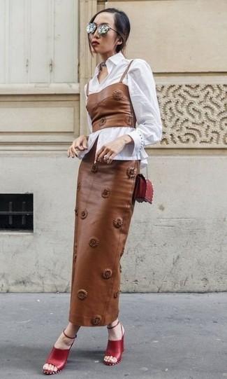 Как и с чем носить: белая классическая рубашка, коричневый кожаный корсет, коричневая кожаная длинная юбка, красные кожаные босоножки на каблуке