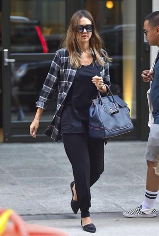 Как и с чем носить: темно-серая классическая рубашка в шотландскую клетку, темно-синяя майка, черные брюки-галифе, черные кожаные балетки