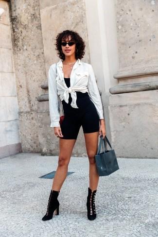 Как и с чем носить: белая классическая рубашка, черная майка, черные велосипедки, черные замшевые ботильоны