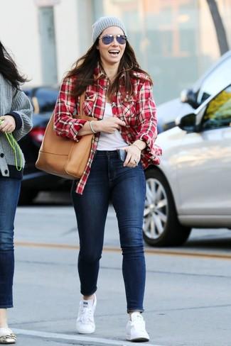 Как и с чем носить: красная фланелевая классическая рубашка в шотландскую клетку, белая майка, темно-синие джинсы скинни, белые низкие кеды