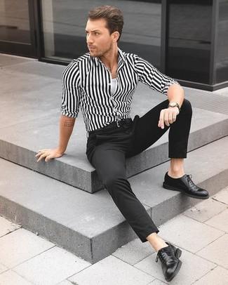 Как и с чем носить: бело-черная классическая рубашка в вертикальную полоску, белая майка, черные классические брюки, черные кожаные оксфорды