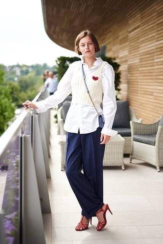 Как и с чем носить: белая классическая рубашка, белая вязаная майка, темно-синие классические брюки в вертикальную полоску, красные кожаные босоножки на каблуке