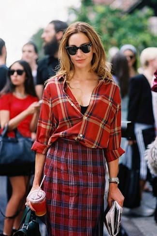 Как и с чем носить: красная классическая рубашка в шотландскую клетку, черная майка, красная юбка-карандаш в шотландскую клетку, черная кожаная сумка-саквояж