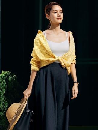 Как и с чем носить: желтая классическая рубашка в мелкую клетку, белая майка, черная юбка-миди со складками, черная кожаная сумка-мешок