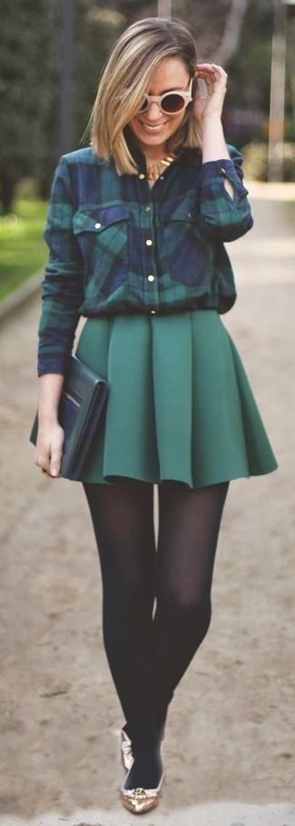Как и с чем носить: темно-сине-зеленая классическая рубашка в шотландскую клетку, темно-зеленая мини-юбка со складками, золотые кожаные балетки, темно-зеленый кожаный клатч