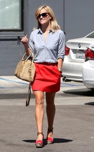 Как и с чем носить: голубая классическая рубашка, красная мини-юбка, красные замшевые босоножки на танкетке, бежевая кожаная сумка-саквояж
