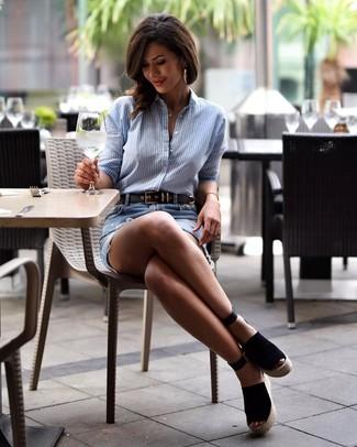 Как и с чем носить: голубая классическая рубашка в вертикальную полоску, голубая джинсовая рваная мини-юбка, черные замшевые босоножки на танкетке, черный кожаный ремень