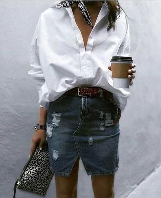 Как и с чем носить: белая классическая рубашка, темно-синяя джинсовая рваная мини-юбка, серый кожаный клатч с леопардовым принтом, черно-белая бандана с принтом