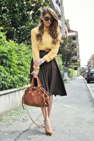 Как и с чем носить: желтая классическая рубашка, темно-коричневая пышная юбка, светло-коричневые замшевые туфли, табачная кожаная сумка-саквояж