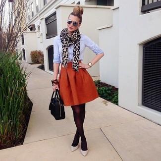 Как и с чем носить: голубая классическая рубашка, оранжевая пышная юбка, серые кожаные туфли, черная кожаная сумка-саквояж