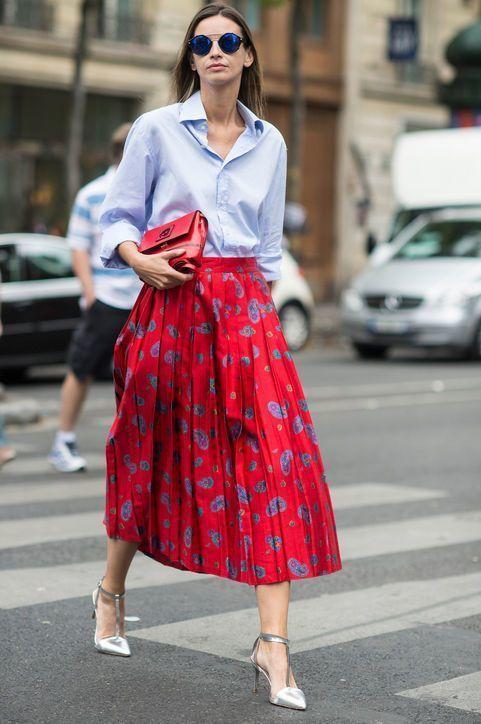 Красная юбка с голубой рубашкой