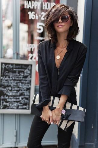 Как и с чем носить: черная классическая рубашка, черные узкие брюки, бежевая большая сумка из плотной ткани в вертикальную полоску, темно-красные солнцезащитные очки