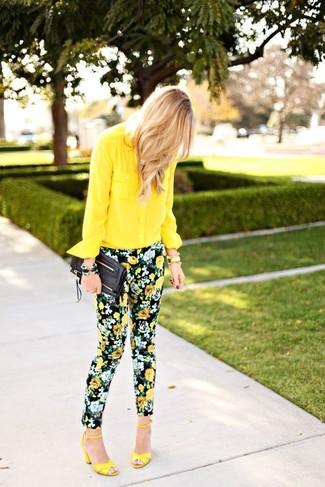 Как и с чем носить: желтая шифоновая классическая рубашка, черные узкие брюки с цветочным принтом, желтые кожаные босоножки на каблуке, черный кожаный клатч