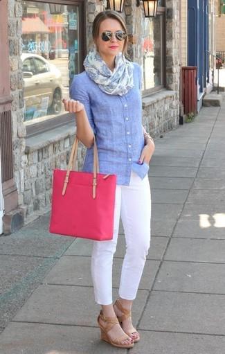 Как и с чем носить: голубая классическая рубашка из шамбре, белые узкие брюки, светло-коричневые кожаные босоножки на танкетке, ярко-розовая большая сумка из плотной ткани