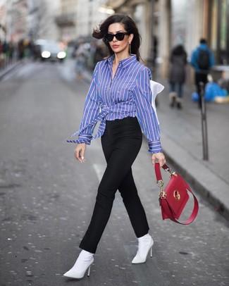 Как и с чем носить: синяя классическая рубашка в вертикальную полоску, черные узкие брюки, белые ботильоны на резинке, красная кожаная сумка-саквояж