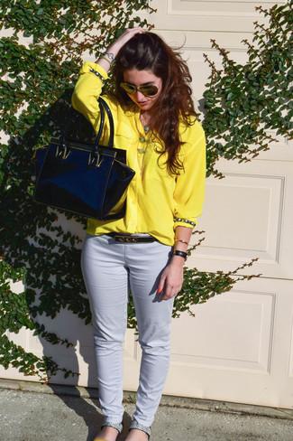 Как и с чем носить: желтая классическая рубашка, белые узкие брюки, серые кожаные сандалии на плоской подошве со змеиным рисунком, черная кожаная большая сумка