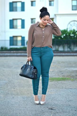 Золотое колье: с чем носить и как сочетать: Сочетание коричневой шелковой классической рубашки и золотого колье - очень практично, и поэтому идеально для повседневой носки. В тандеме с этим луком наиболее удачно будут смотреться серебряные кожаные туфли.