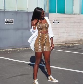 Как и с чем носить: белая классическая рубашка, коричневый укороченный топ со змеиным рисунком, коричневые велосипедки со змеиным рисунком, золотые кожаные высокие кеды