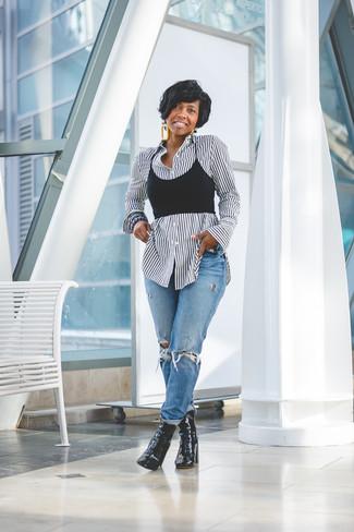 Как и с чем носить: бело-черная классическая рубашка в вертикальную полоску, черный укороченный топ, синие рваные джинсы-бойфренды, черные кожаные ботильоны